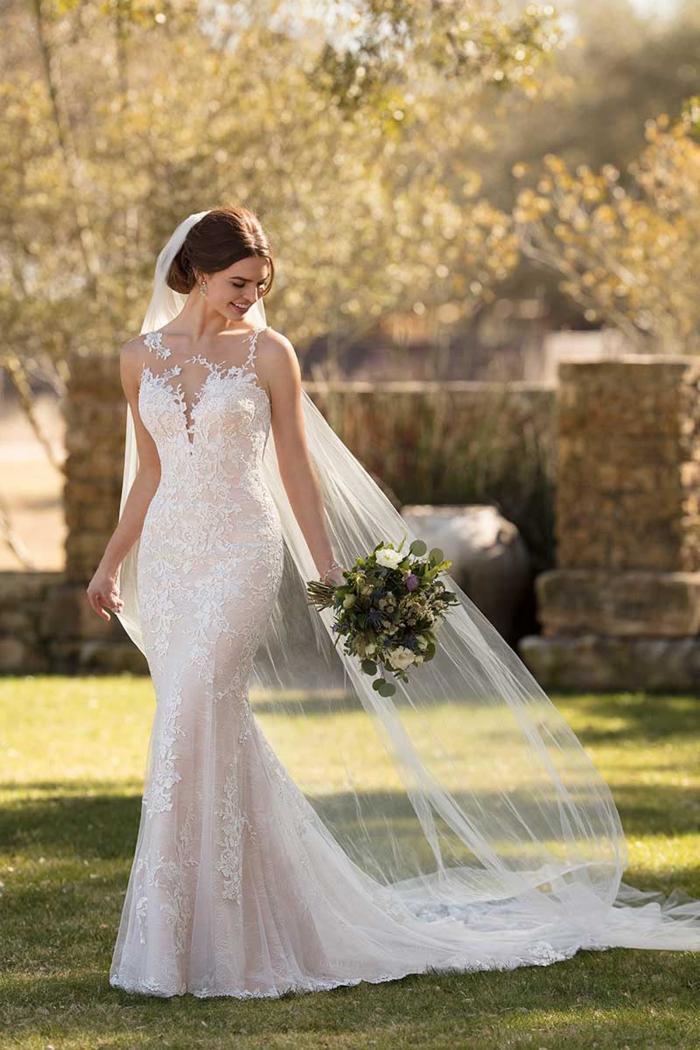 Rosafarbenes Brautkleid im Fit-and-Flare-Schnitt mit Spitze und Tattoo-Effekt von Essense of Australia