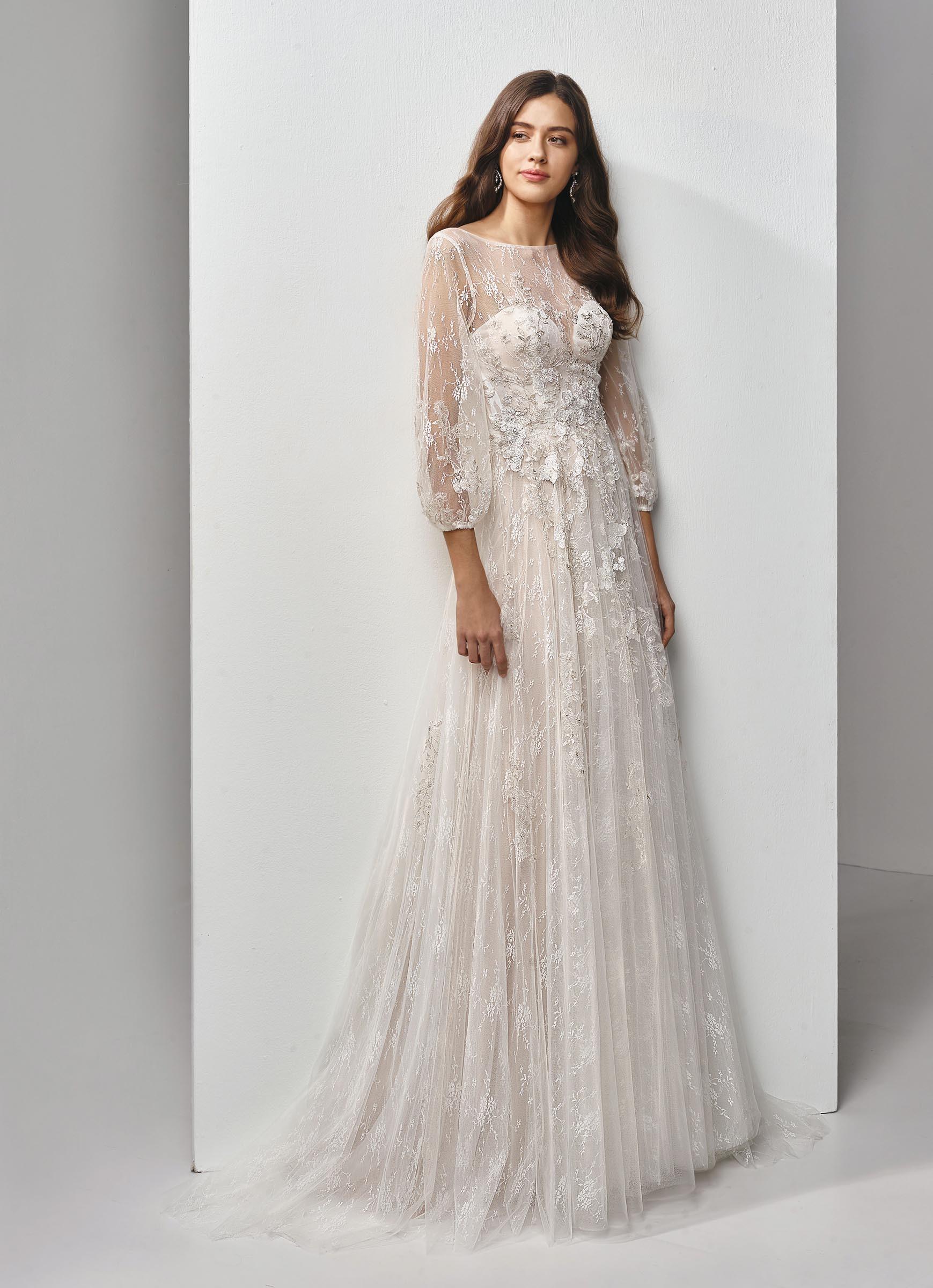 Hochgeschlossenes Brautkleid mit Ärmeln aus Spitze von Beautiful