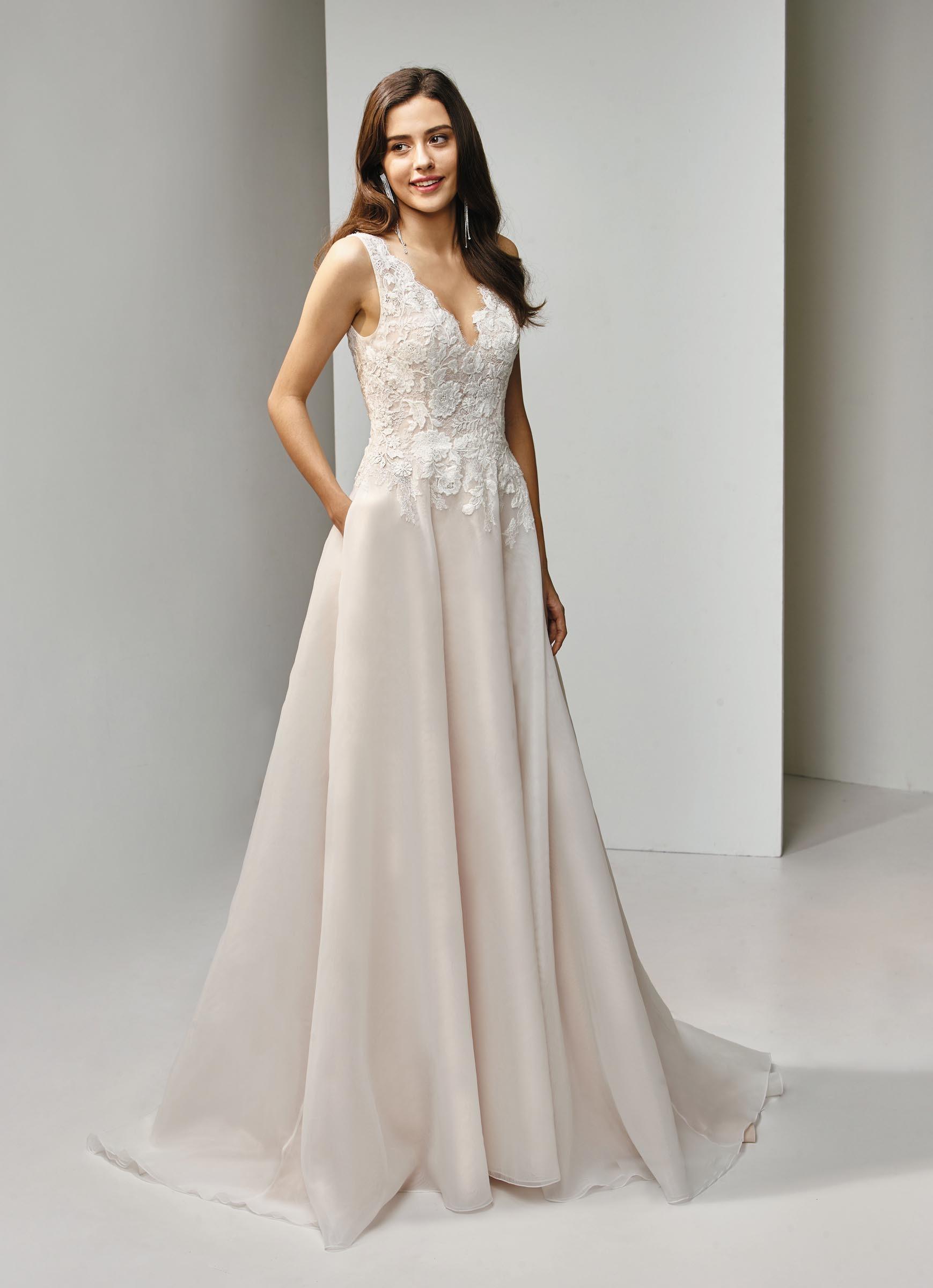 Brautkleid In A Linie Mit Spitze Und V Ausschnitt Von Beautiful