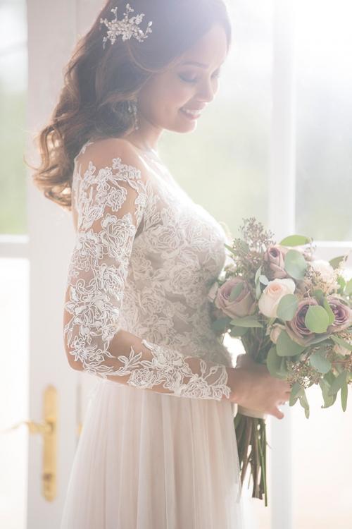 Brautkleid mit Spitzentop, langen Spitzenärmlen und Tattoo-Effekt von Stella York