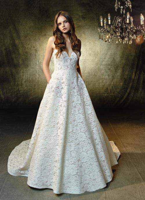 Schulterfreies Brautkleid im Prinzessschnitt mit Spitze und Herzausschnitt von Blue by Enzoani, Modell Loxley
