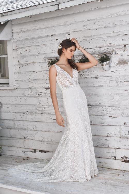 Fit and Flare Brautkleid aus Spitze mit V-Ausschnitt im Boho-Stil von Lillian West, Modell 66049