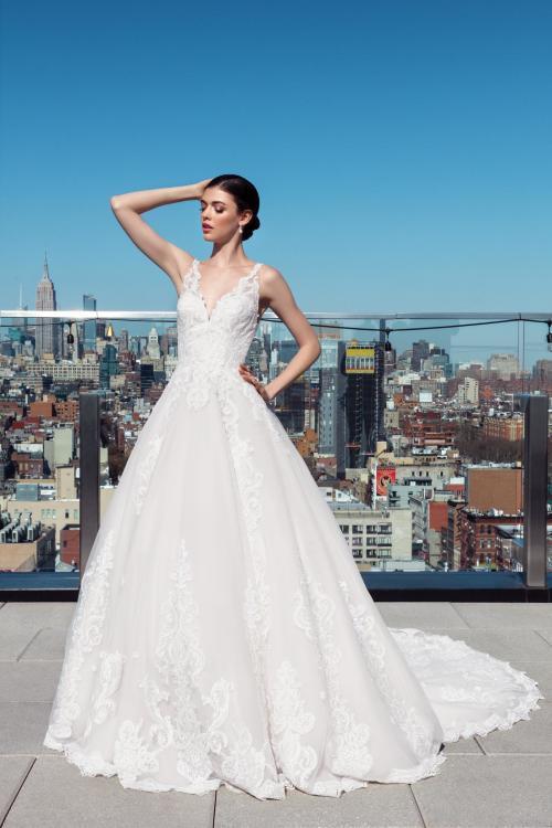 Brautkleid im Prinzessschnitt mit Spitze und V-Ausschnitt von Justin Alexander Signature, Modell 99025