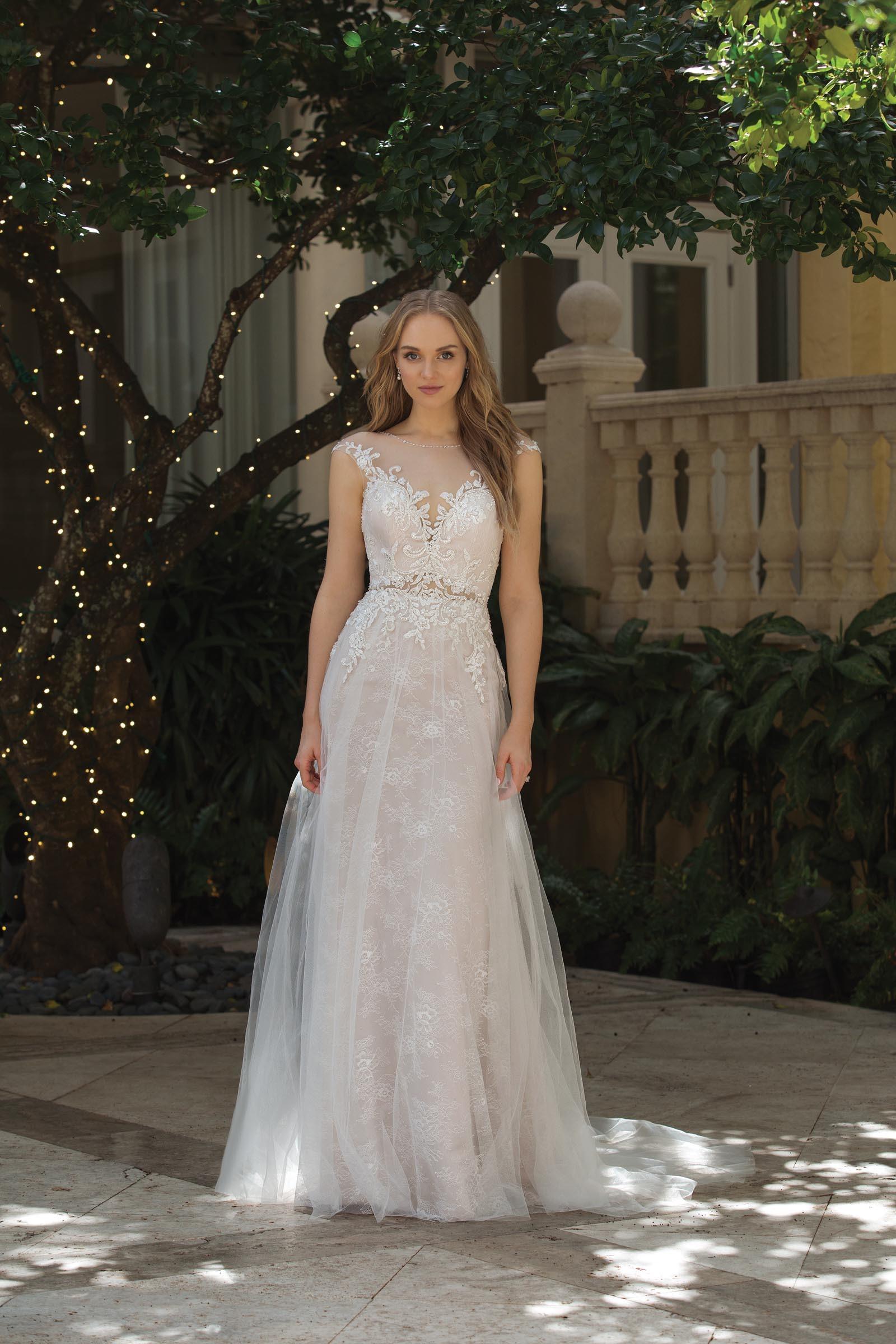 Brautkleid mit Spitze und Layering-Effekt von Sincerity, Modell 44072
