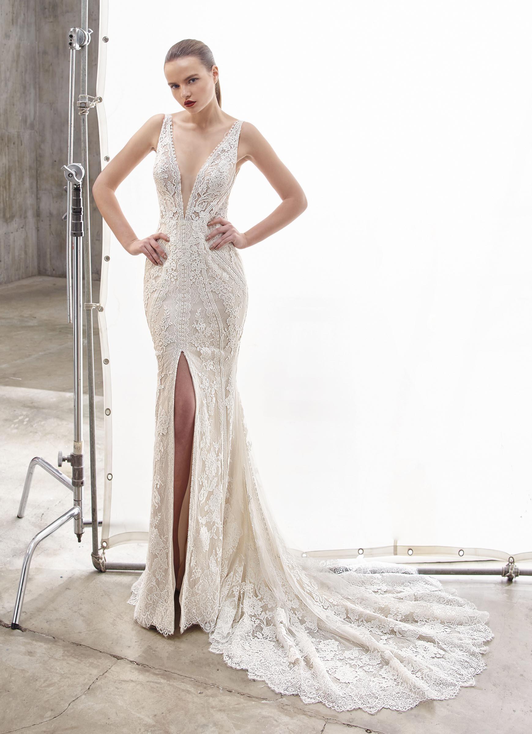 Brautkleid im Fit-and-Flare-Schnitt aus Spitze mit tiefem V-Ausschnitt, Beinschlitz und Schleppe von Enzoani, Modell Nancie, Frontansicht