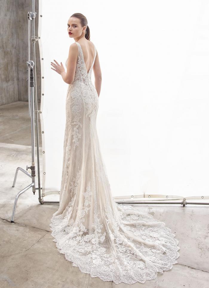 Brautkleid im Fit-and-Flare-Schnitt aus Spitze mit tiefem V-Ausschnitt, Beinschlitz und Schleppe von Enzoani, Modell Nancie, Rückansicht
