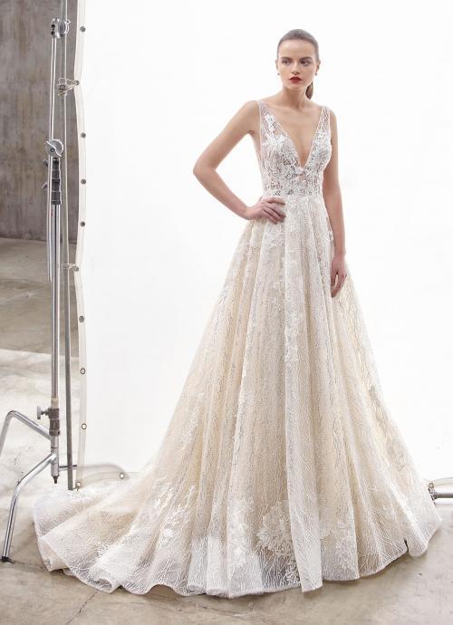 Brautkleid im Prinnzessschnitt aus Spitze mit transparentem Top, tiefem V-Ausschnitt und Schleppe von Enzoani, Modell Nile, Frontansicht
