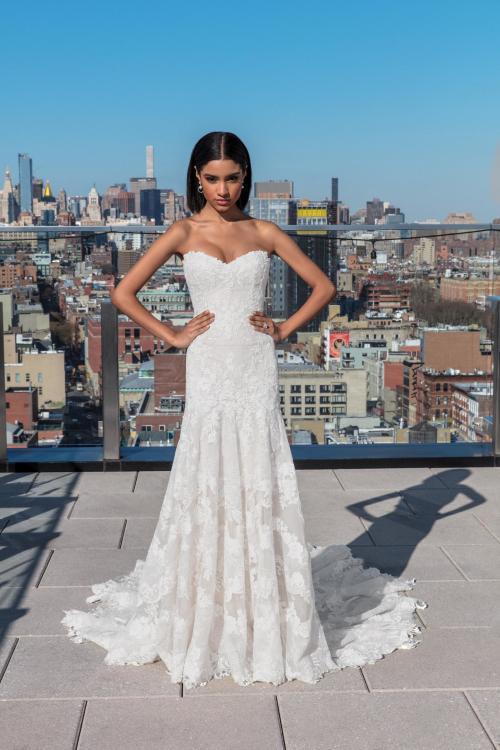 Trägerloses Brautkleid mit Spitze im Fit-and-Flare-Schnitt von Justin Alexander Siganture, Modell 99027