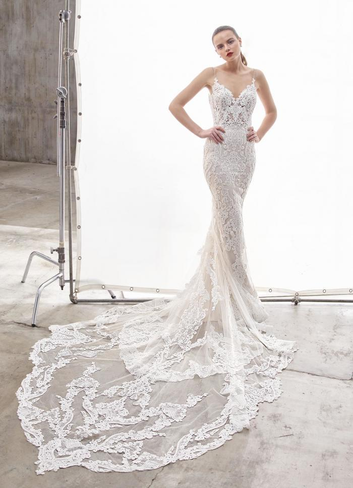 Brautkleid im Fit-and-Flare-Schnitt aus Spitze mit transparenter Korsage, Spaghettiträgern und Schleppe von Enzoani, Modell Nanette, Frontansicht