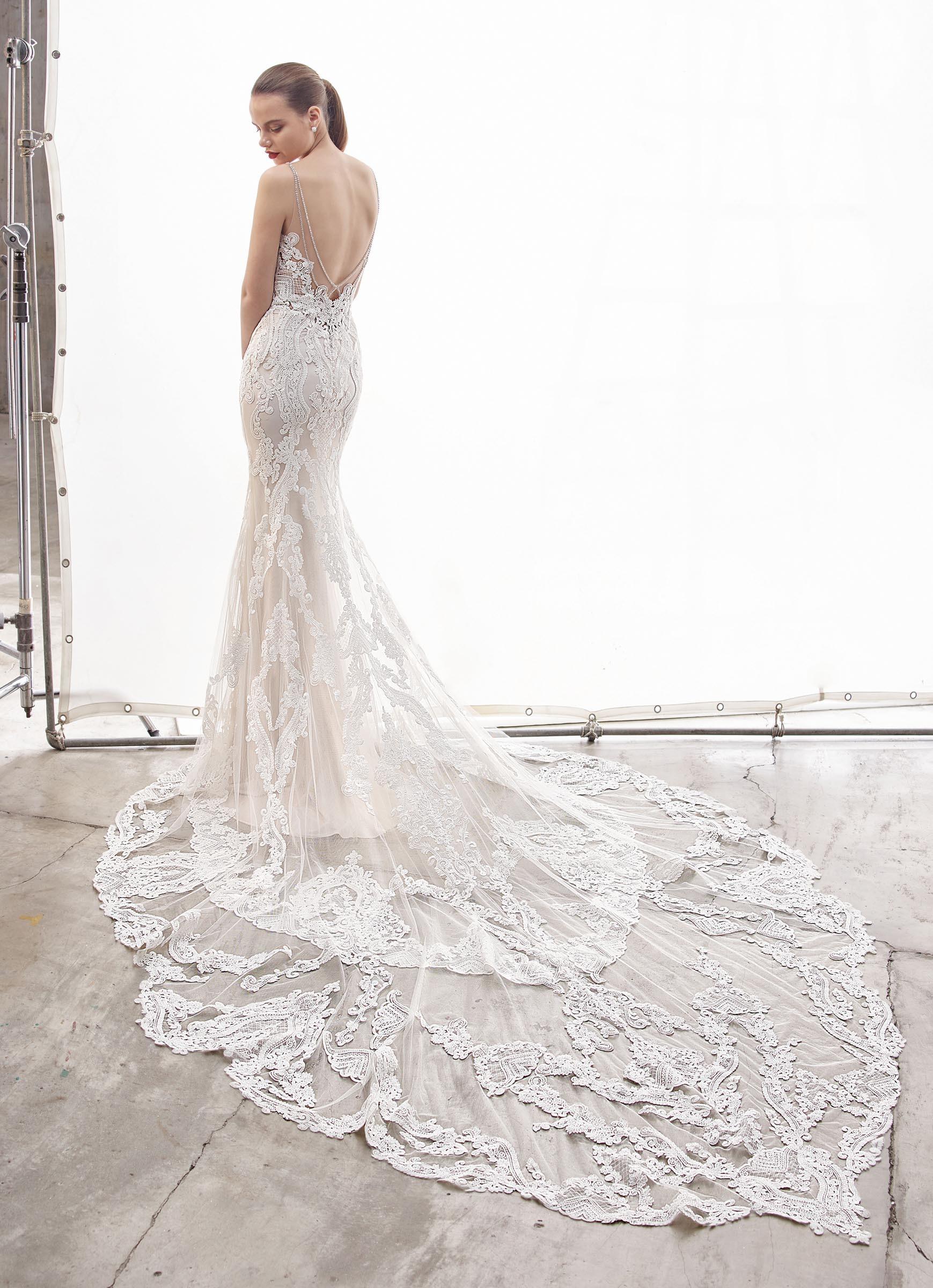 Brautkleid im Fit-and-Flare-Schnitt aus Spitze mit transparenter Korsage, Spaghettiträgern und Schleppe von Enzoani, Modell Nanette, Rückansicht