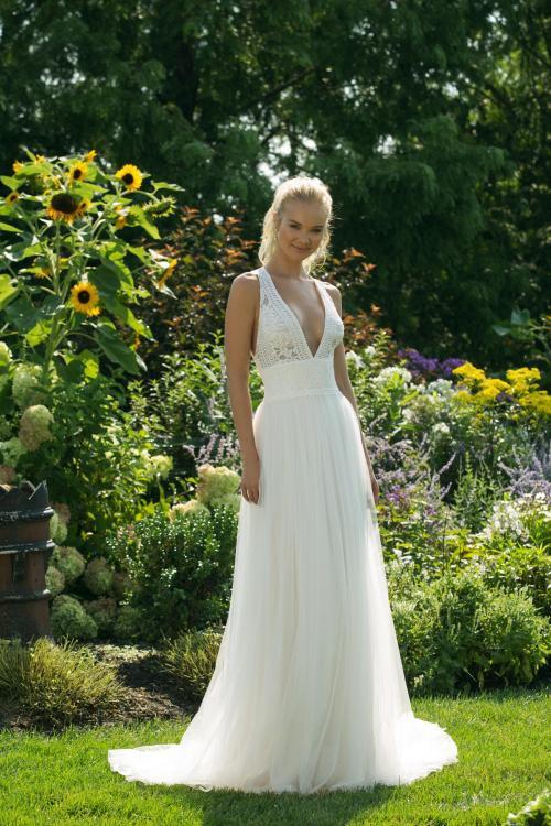 Brautkleid mit Tüllrock und Spitzentop mit tiefem V-Ausschnitt von Sweetheart, Modell 11022
