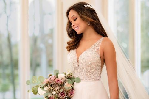 Brautkleid mit perlenbesticktem Top und V-Ausschnitt von Stella York