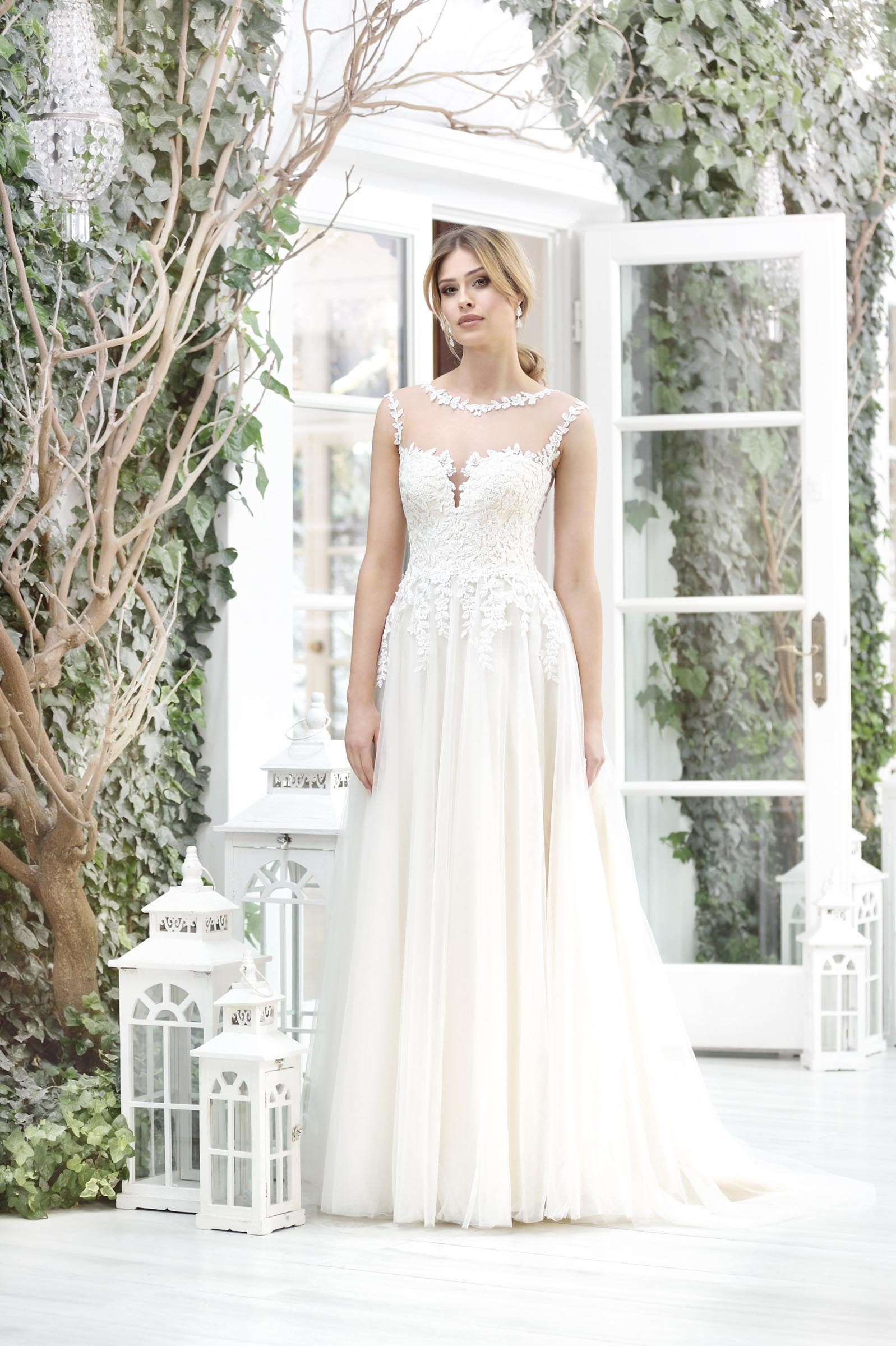 Brautkleid mit Trägern und Spitze