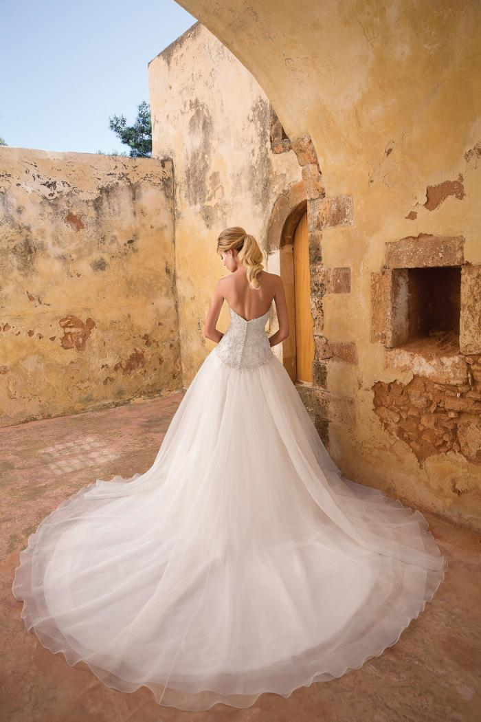 Brautkleid im Prinzessschnitt mit trägerloser, strassbesetzter Korsage von Justin Alexander, Modell 88061
