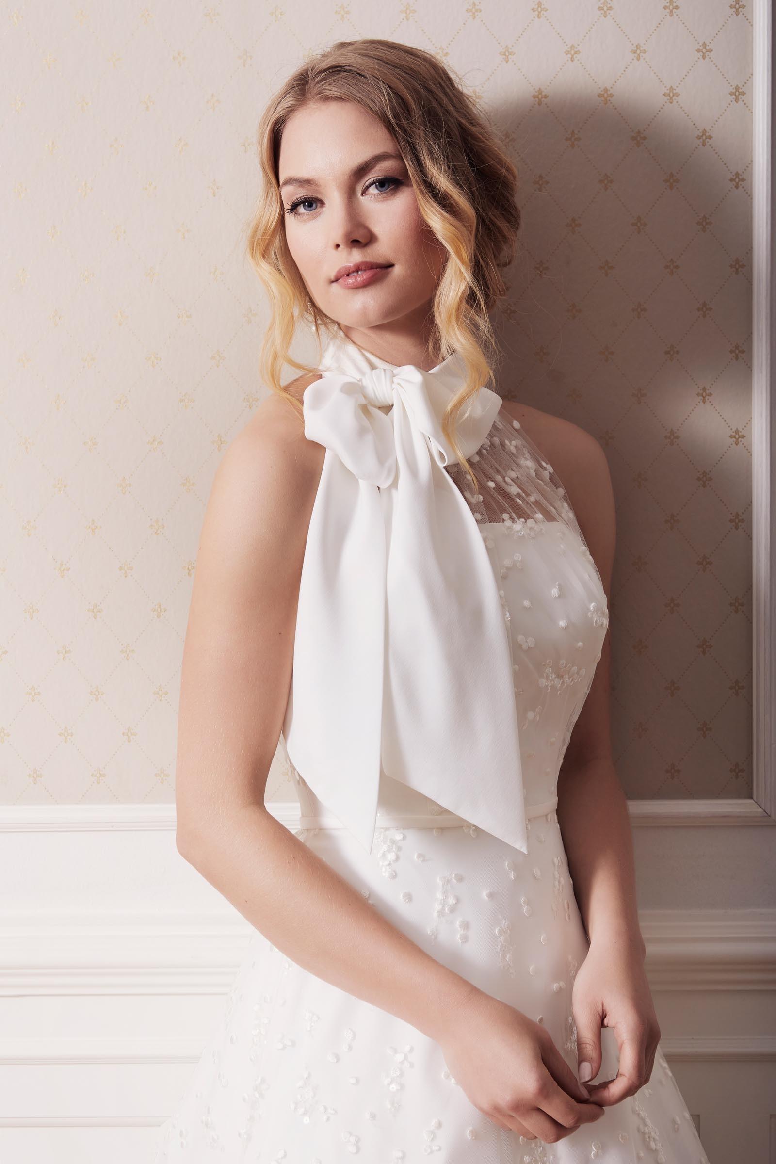 Weißes Brautkleid in A-Linie mit Neckholderausschnitt und Schleife von Lilly