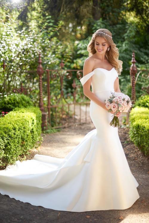 Schulterfreies, weißes Brautkleid im Fit-and-Flare-Schnitt mit langer Schleppe von Martina Liana