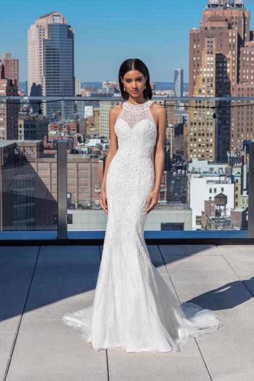 Weißes Brautkleid im Fit-and-Flare-Schnitt mit Neckholder-Ausschnitt und Stickereien von Justin Alexander Signature, Modell 99026