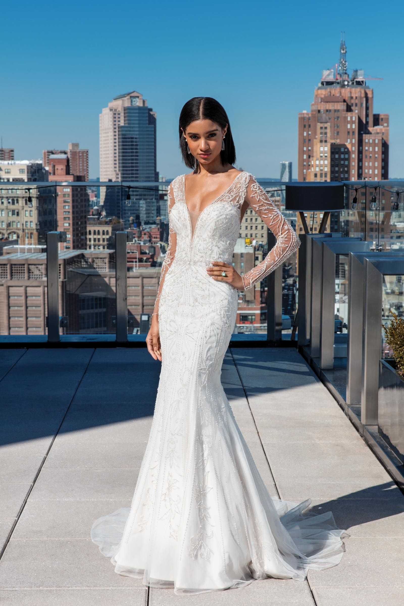Weißes Brautkleid im Fit-and-Flare-Schnitt, bestickt, mit langen Ärmeln und sehr tiefem V-Ausschnitt, von Justin Alexander Signature, Modell 99030