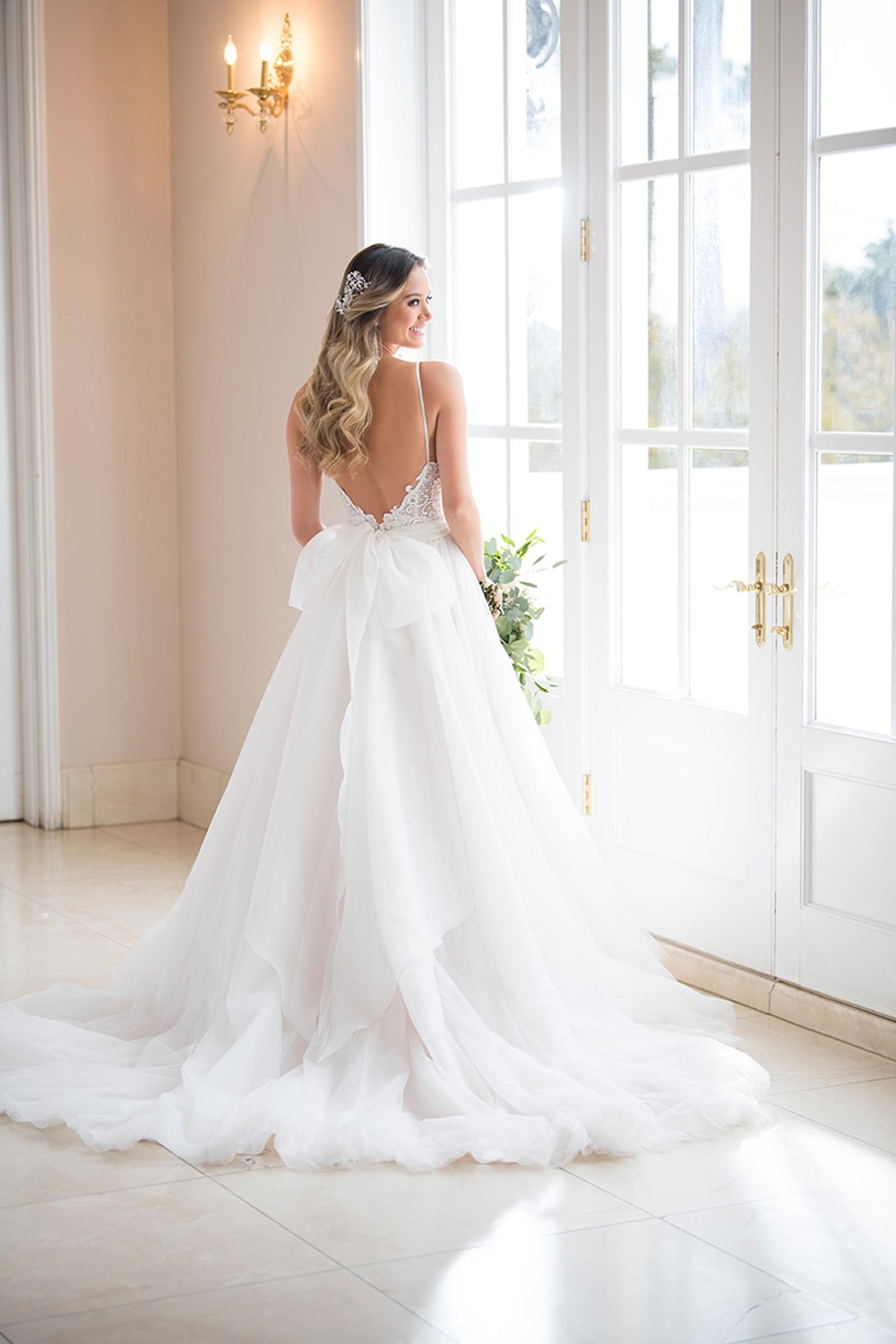 Weißes Brautkleid im Prinzessschnitt, rückenfrei mit Schleife, von Stella York