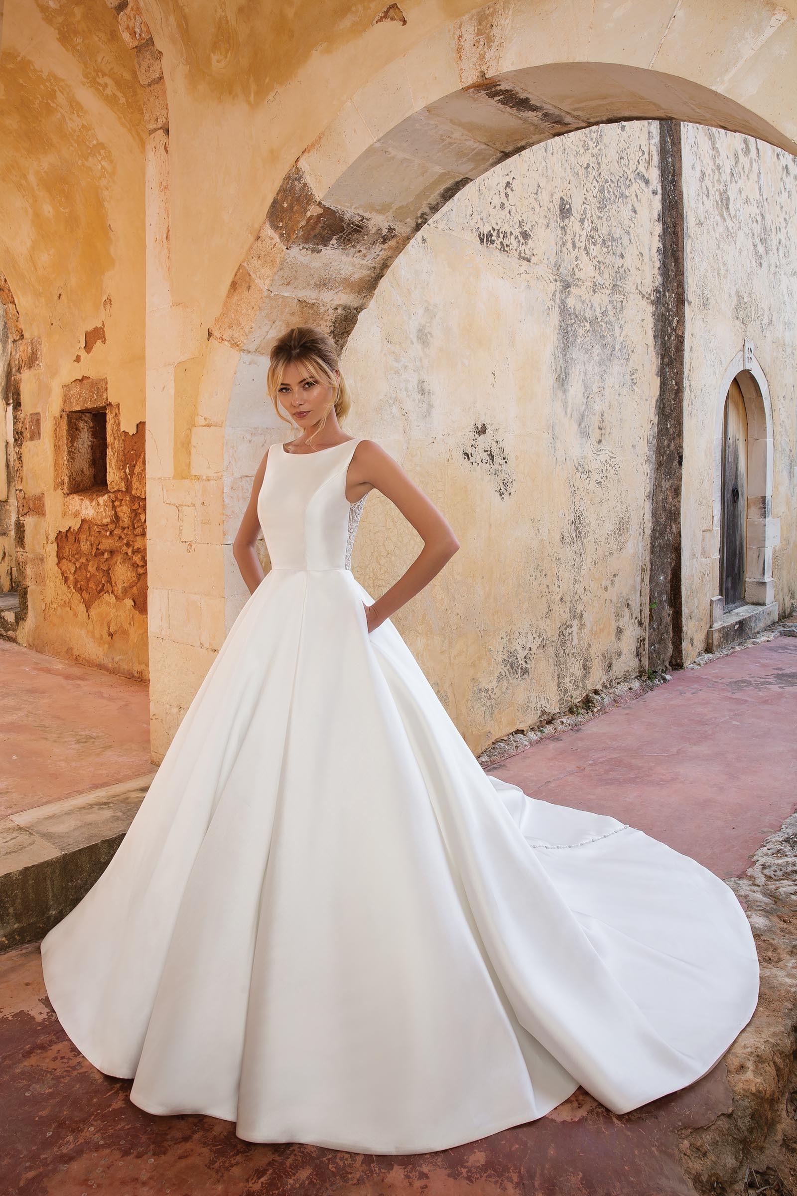 Prinzessinnen-Brautkleid mit langer Schleppe und Knopfleiste in