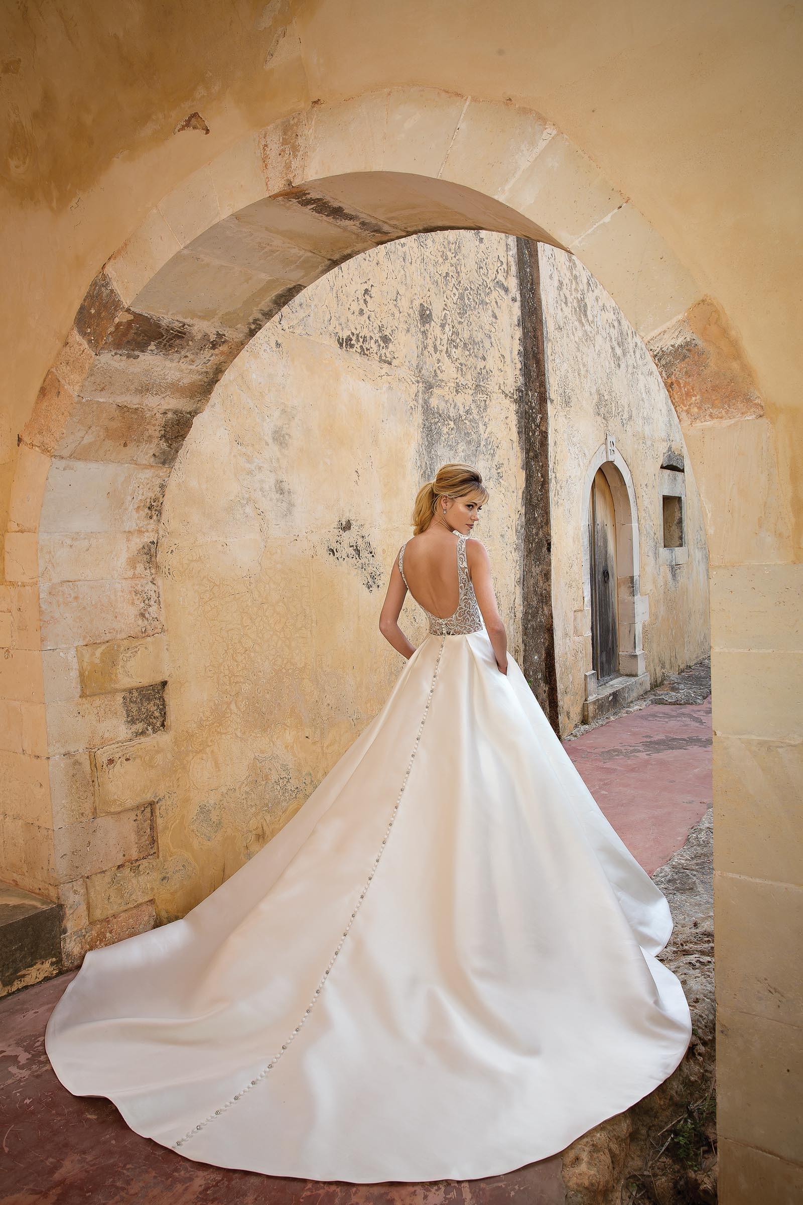 Prinzessinnen-Brautkleid mit langer Schleppe und Knopfleiste in Weiß von Justin Alexander, Modell 88038