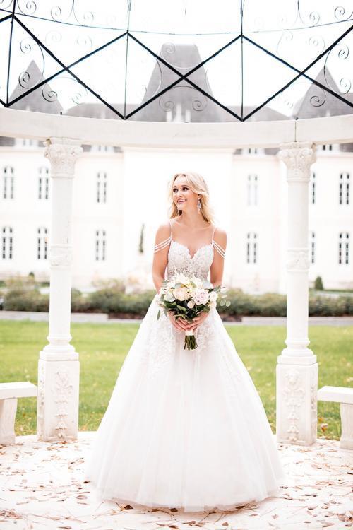 Weißes Brautkleid im Prinzessschnitt mit Spitze und Offshoulder-Trägern von Stella York