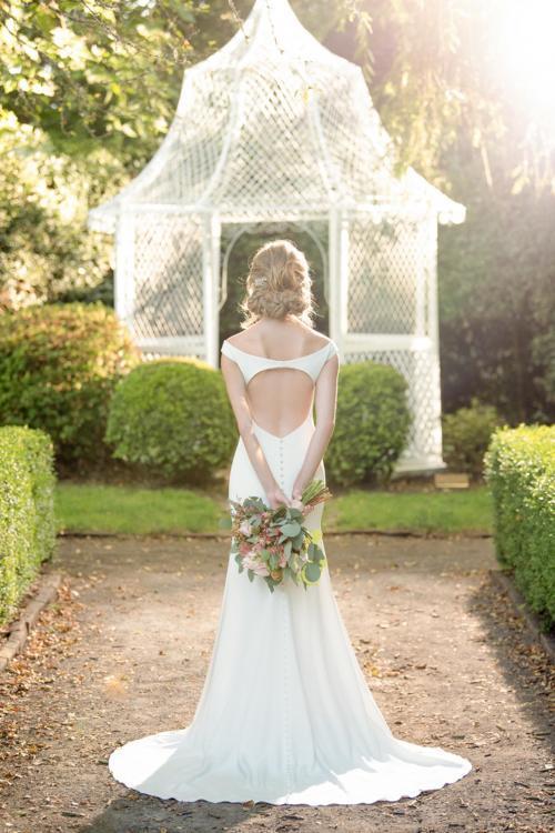 Weißes, schulterfreies Brautkleid mit rundem Cutout im Rücken von Martina Liana