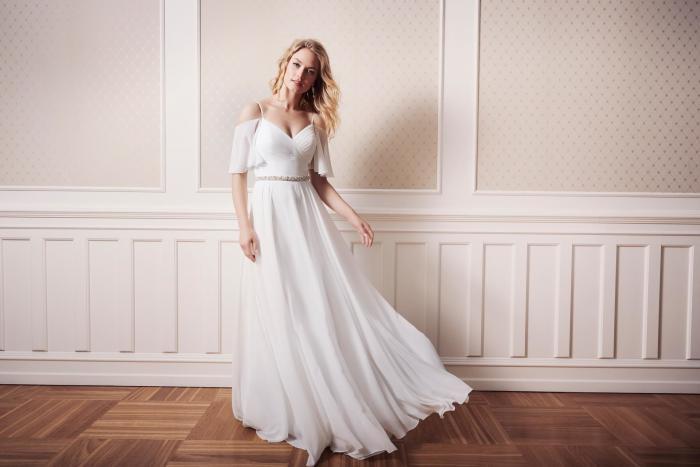 Weißes Brautkleid, schulterfrei mit Spaghettiträgern und halblangen Offshoulder-Ärmeln, Gürtel und Falten von Lilly