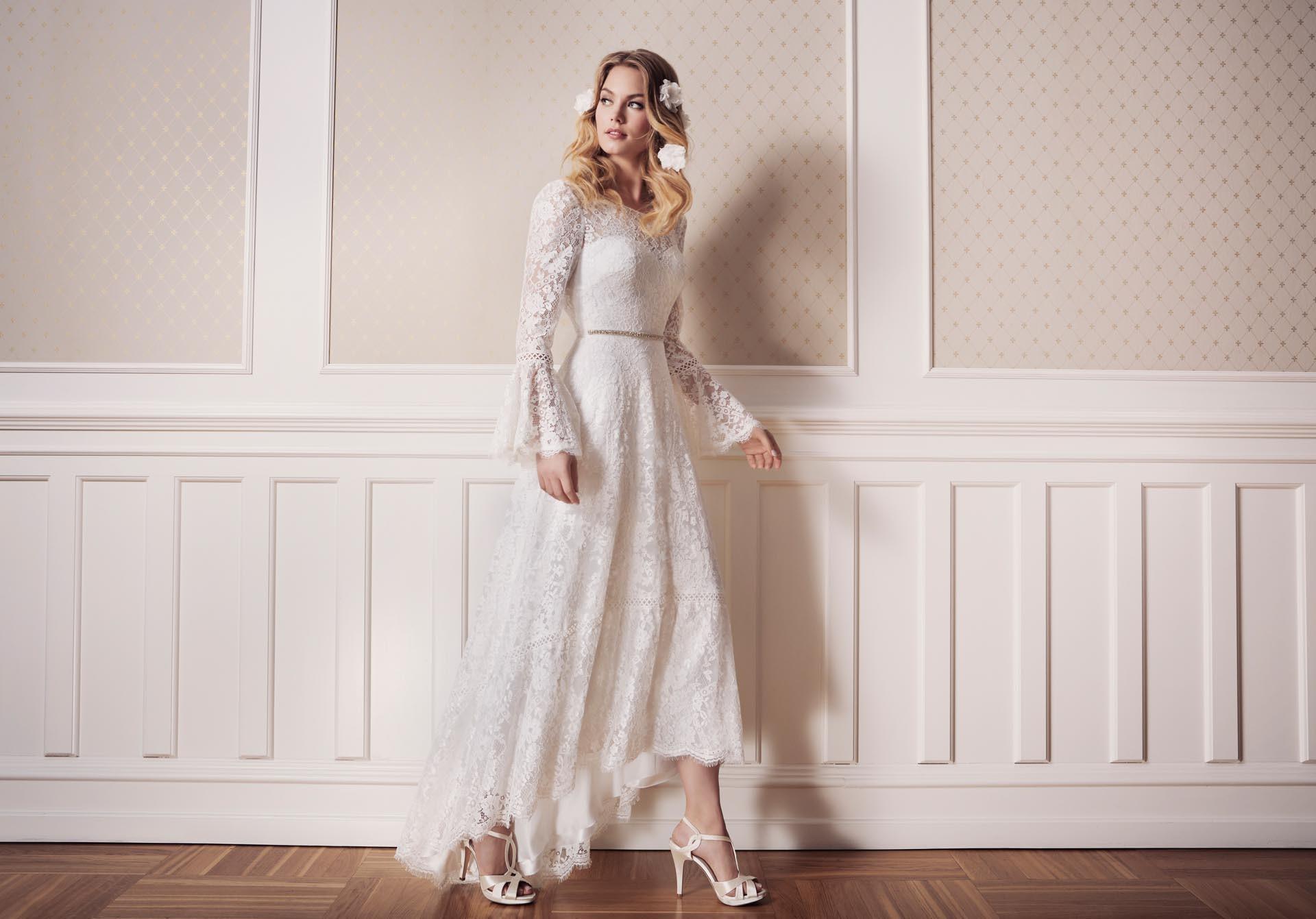 Weißes Brautkleid im Vintage-Stil aus Spitze mit langen Trompetenärmeln von Lilly
