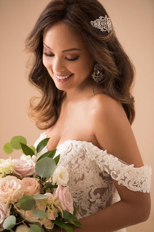 Weißes Brautkleid aus Spitze mit Ausschnitt in Herzform und Offshoulder-Trägern von Stella York