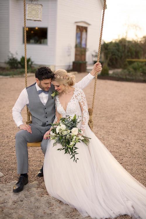 Weißes Brautkleid im Prinzessschnitt mit Spitzentop, langen Spitzenärmeln und tiefem V-Ausschnitt von Martina Liana