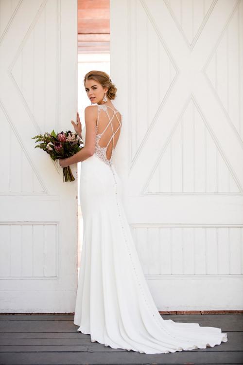 Weißes, figurbetontes Brautkleid mit extravaganten Rückendetails von Martina Liana