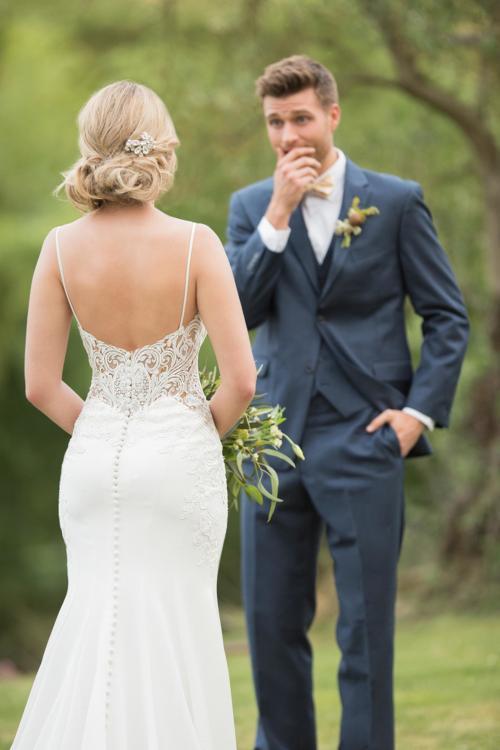 Weißes Brautkleid im Fit-and-Flare-Schnitt mit Spitze und elegantem Rückenausschnitt von Essense of Australia