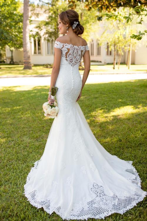 Weißes Brautkleid aus Spitze im Fit-and-Flare-Schnitt mit Schleppe und Carmen-Ausschnitt von Stella York