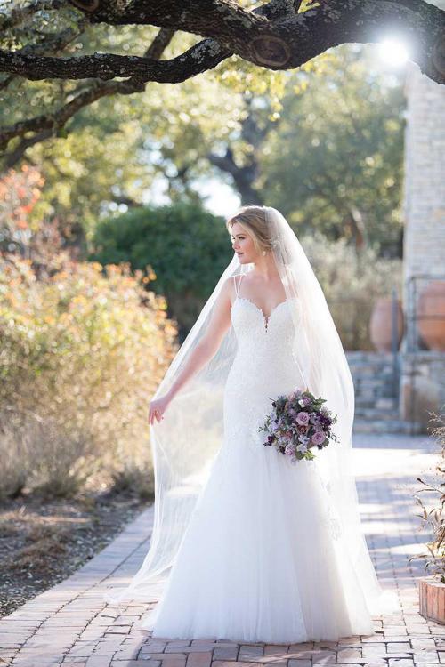 Weißes Brautkleid im Fit-and-Flare-Schnitt mit Spitze und Spaghettiträgern von Esssense of Australia