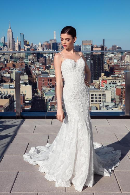 Weißes Brautkleid aus Spitze mit Sweetheart-Ausschnitt und Spaghettiträgern von Justin Alexander Signature, Modell 99028