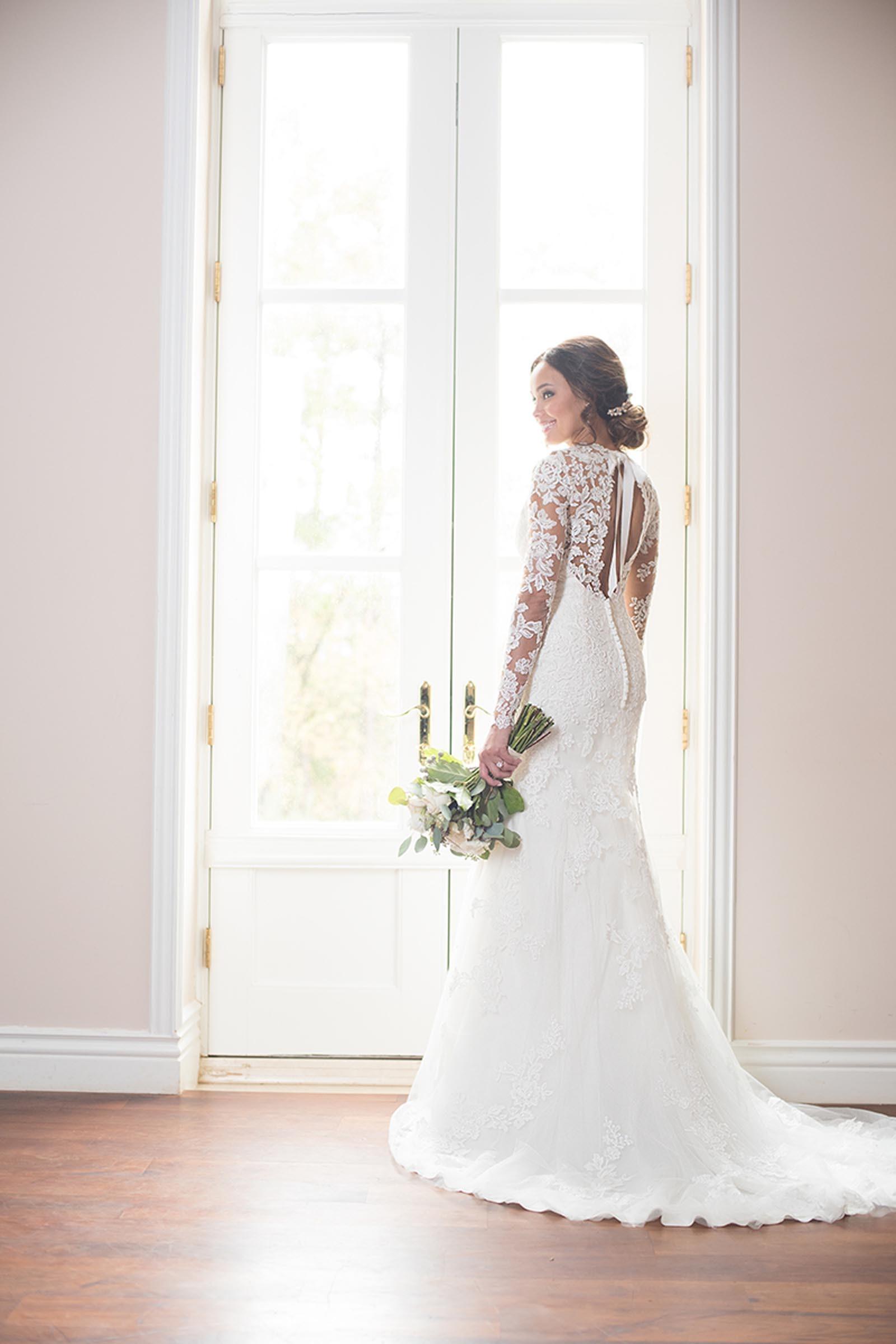 Weisses Brautkleid Mit Spitze Langen Spitzenarmeln Und Tattoo Effekt