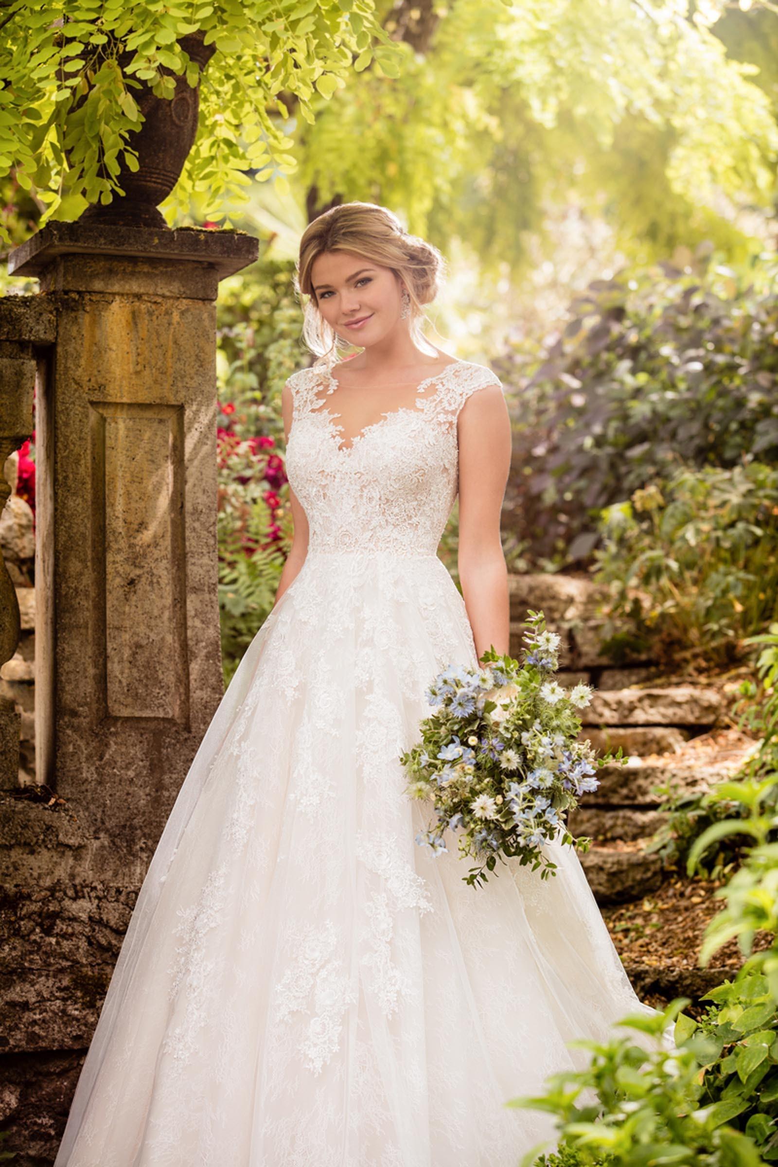 Weißes Brautkleid im Prinzessschnitt mit Spitze und Tattoo-Effekt von Essense of Australia