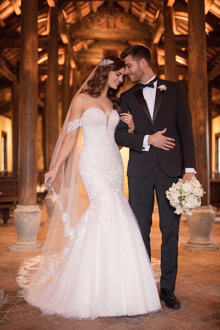 Weißes Brautkleid im Fit-and-Flare-Schnitt mit Spitze, trägerlos mit Sweetheart-Aussschnitt von Essense of Australia