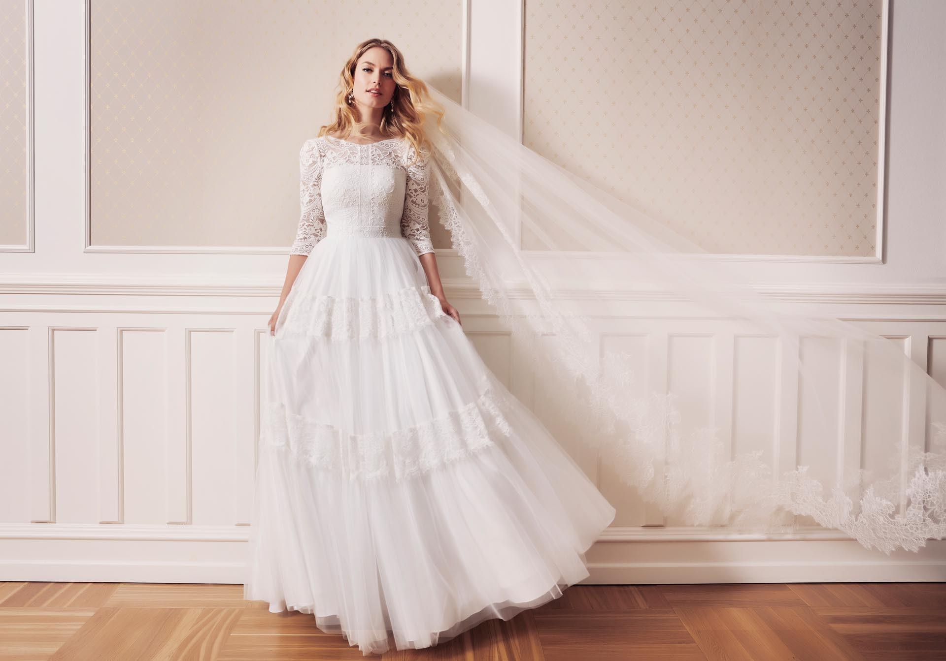 Weißes Brautkleid im Vintage-Stil mit Spitze, Prinzessschitt, Dreiviertelärmeln und Rundhalsausschnitt von Lilly