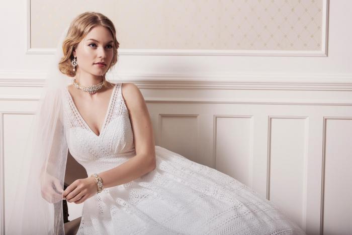 Weißes Brautkleid im Vintage-Stil aus Spitze mit Prinzessschnitt, V-Ausschnitt von Lilly