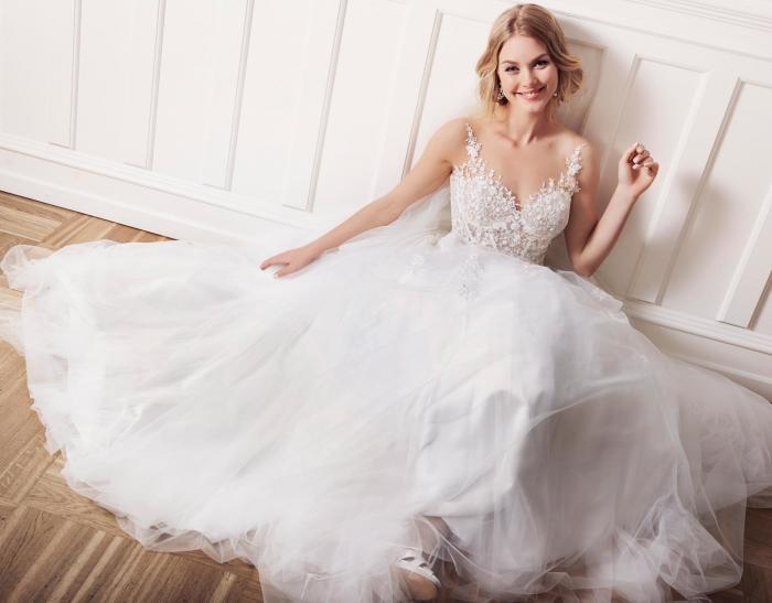 Weißes Brautkleid im Prinzessschnitt mit transparenter Korsage und Tattoo-Effekt von Lilly