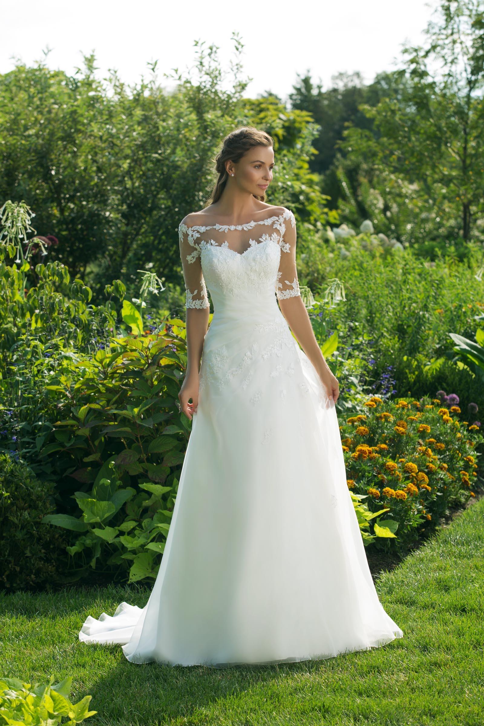 Weisses Brautkleid In A Linie Mit Spitze Carmen Ausschnitt Und