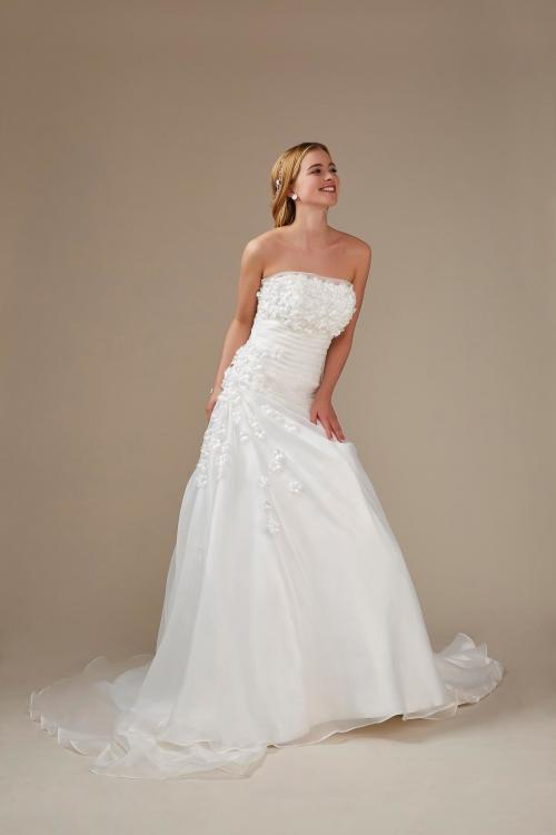 weißes A-Linien Brautkleid mit Blüten und Schleppe von Weise, Modell 336472