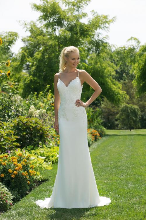 Weißes Brautkleid mit Blütenstickerei, Ausschnitt in Herzform und Spaghettiträgern von Sweetheart, Modell 11008