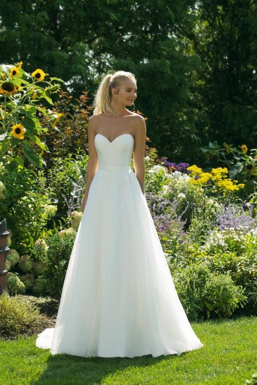 Cleanes, trägerloses, weißes Brautkleid im Prinzessschnitt mit Ausschnitt in Herzform von Sweetheart, Modell 11005