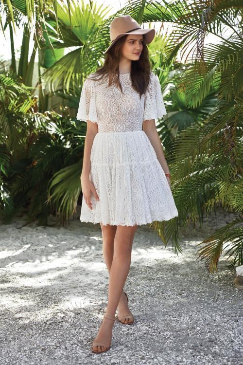 kurzes, weißes Brautkleid aus Spitze mit Schmetterlingsärmeln von Lillian West, Modell 66030