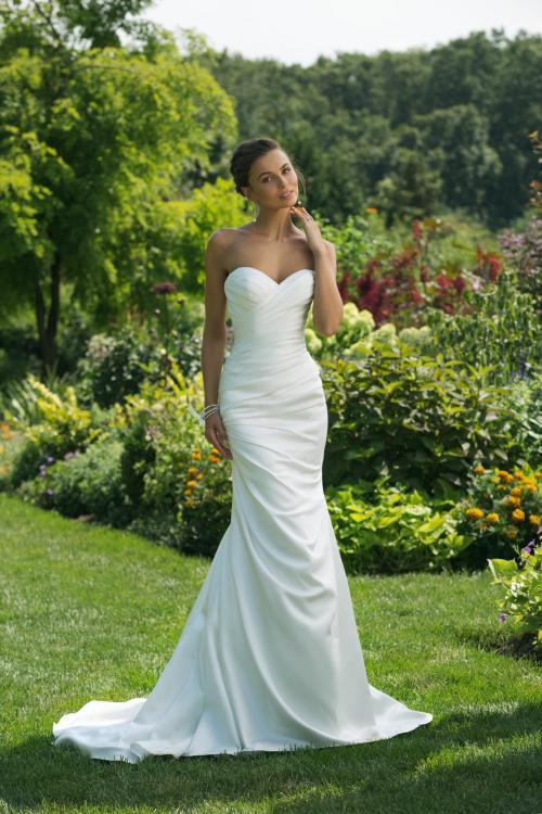 Cleanes, weißes Brautkleid aus Satin, im Fit-and-Flare-Schnitt mit Faltenwurf und Ausschnitt in Herzform von Sweetehart, Modell 11016