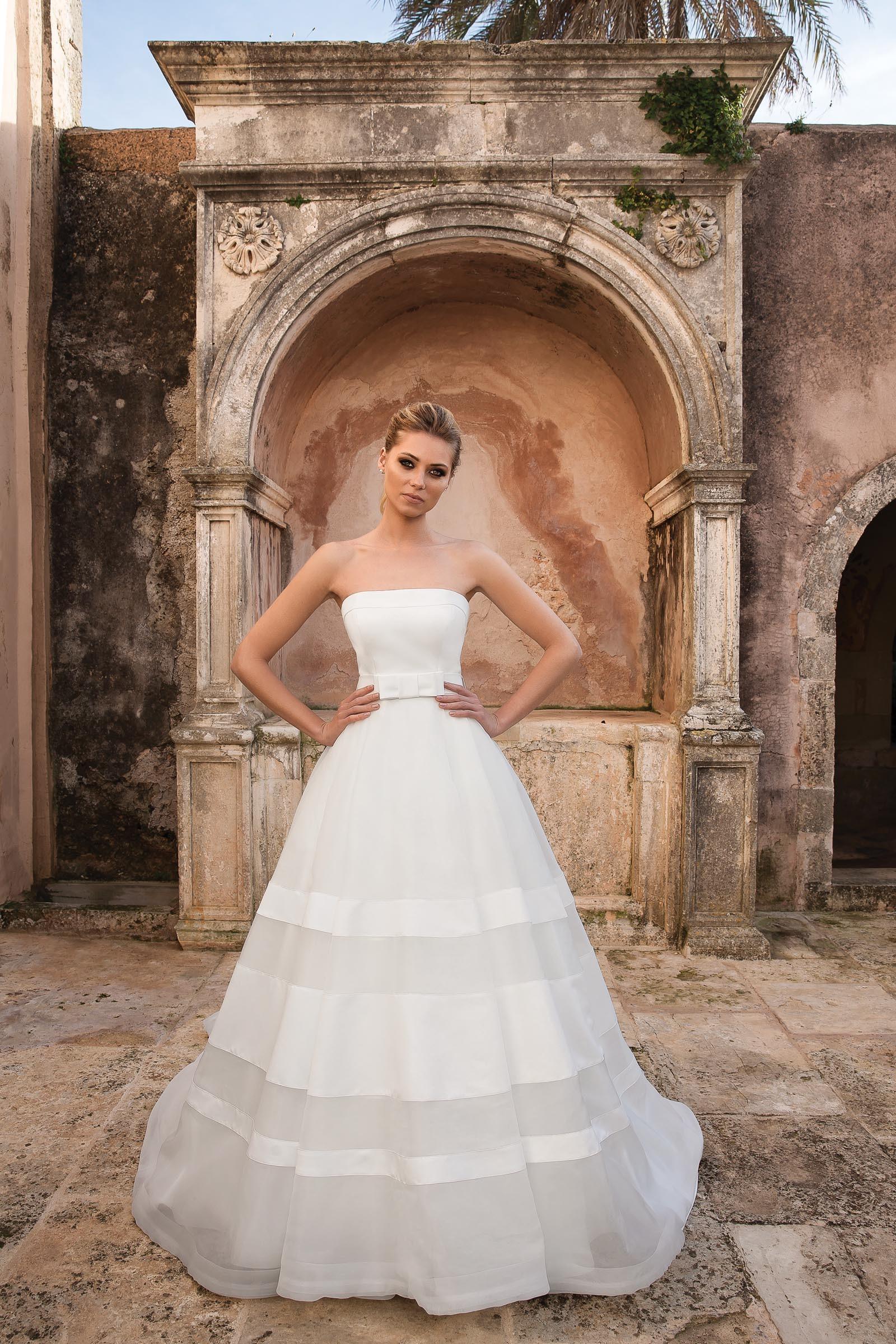 Trägerloses Prinzessinnen-Brautkleid mit Schleife in Weiß von Justin Alexander, Modell 88066