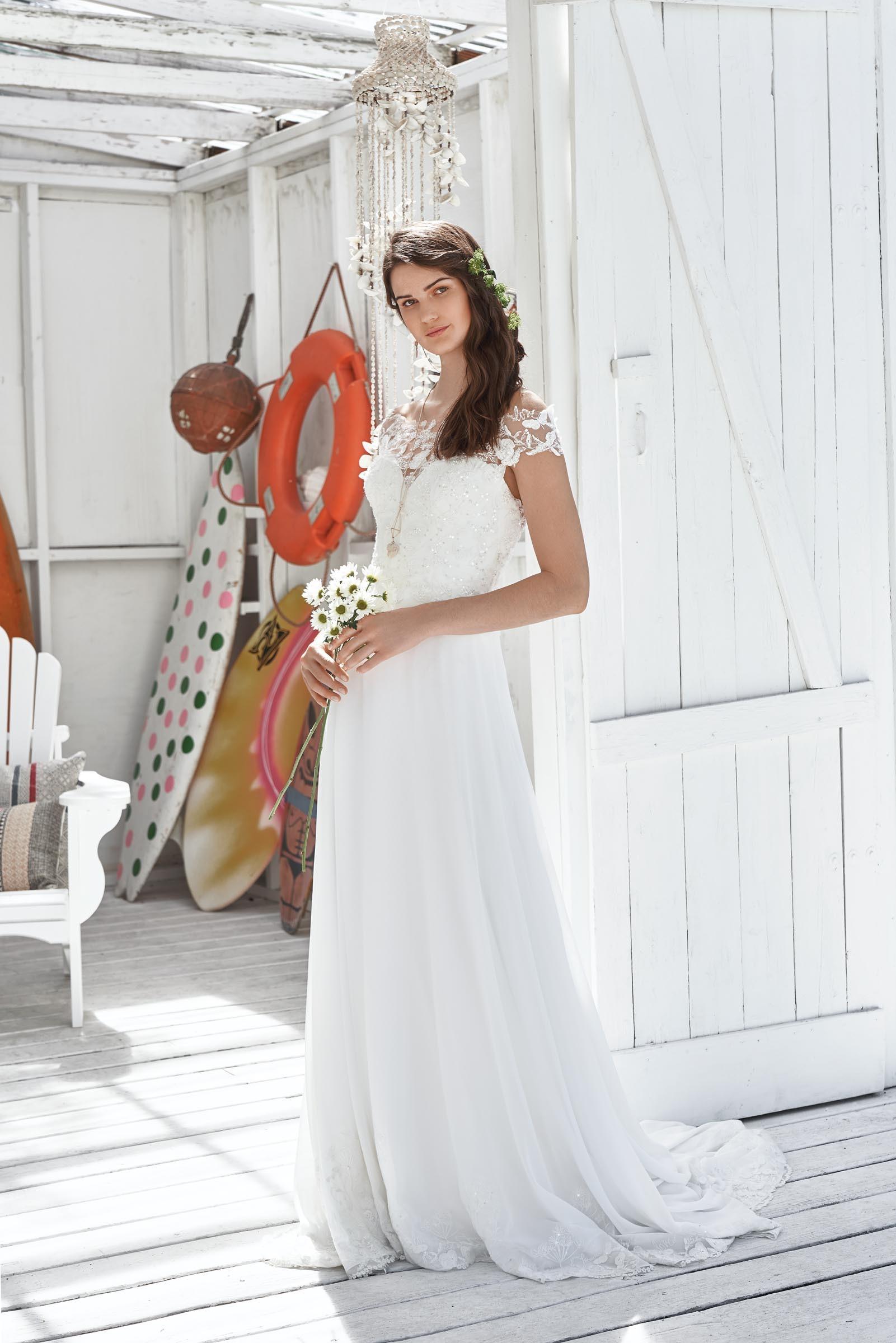 Weisses Brautkleid Mit Spitze Und Carmen Ausschnitt In A Linie Von